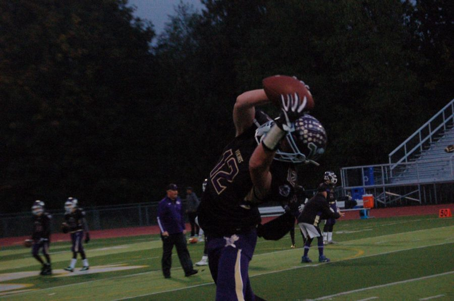 Senior+Austin+Murren+stretches+out+for+a+catch+before+their+homecoming+matchup+against+Cascade.+The+Vikings+won+55-7.+Murren+had+only+one+catch+on+the+night%2C+a+15-yard+touchdown%2C+to+help+the+cause.